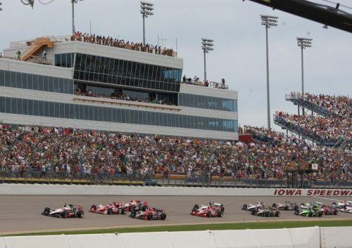 Will Power leidt het veld tijdens de start op de Iowa Speedway
