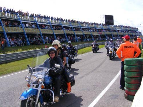 De rijdersparade werd vergezeld door achttien Harley Davidson motoren