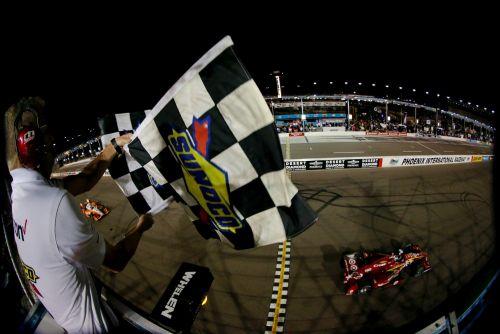Scott Dixon pakt de zwart/wit-geblokte vlag in Phoenix