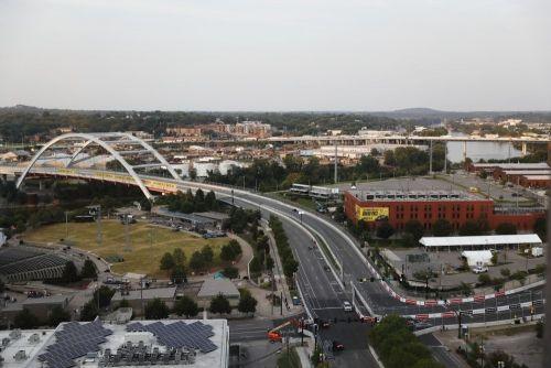 Turn 3 richting de Korean Veterans Memorial Bridge in Nashville