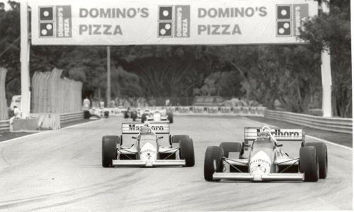 Patrick Racing teamgenoten Emerson Fittipaldi (#20) en Kevin Cogan (#7) op Tamiami Park nabij Miami