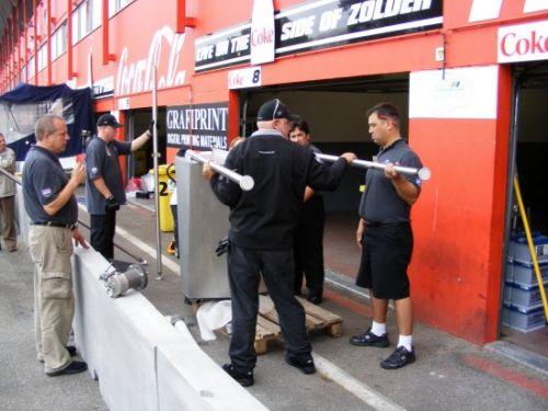 Pacific Coast Motorsports monteurs installeren de tank installatie