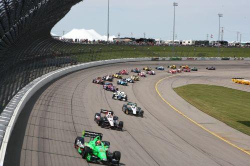 James Hinchcliffe leidt het veld bij de herstart op de Iowa Speedway