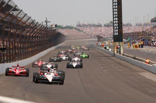 Helio Castroneves leidt de start op Indianapolis