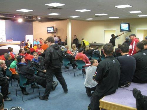 Teams wachten in het media center de komst van de tornado af