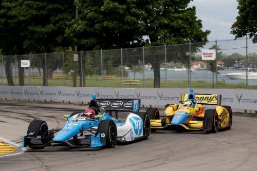 Simon Pagenaud passeert Mike Conway voor de leiding in Detroit