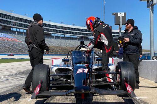 Rinus Veekay stapt in zijn wagen op de Texas Motor Speedway