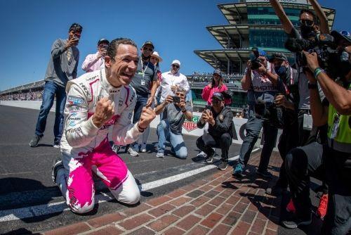 Hélio Castroneves viert zijn vierde Indianapolis 500 zege