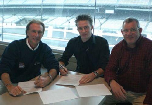 Junior Strous tekent zijn contract met Jon Lewis (links) en Rick Nelan (rechts)