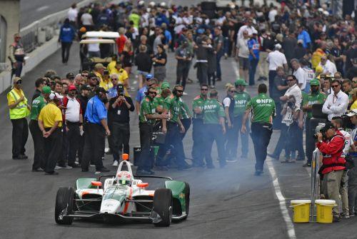 Kyle Kaiser vertrekt voor zijn kwalificatierun voor de Indianapolis 500