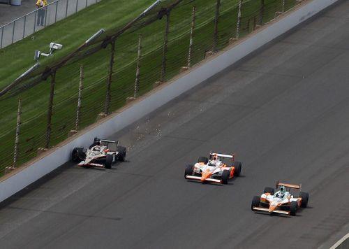 JR Hildebrand wordt door Dan Wheldon gepasseerd voor de Indianapolis 500 zege