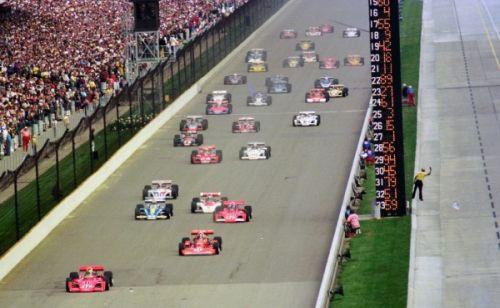 Wally Dallenbach leidt het veld bij de start van de Indy 500 in 1975