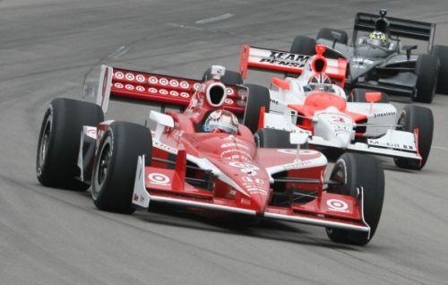Scott Dixon vlak voor Helio Castroneves op de Iowa Speedway