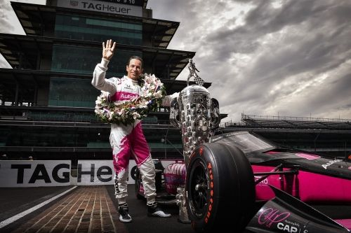 De overwinnaarsfoto van Helio Castroneves na het winnen van de 105e Indy 500