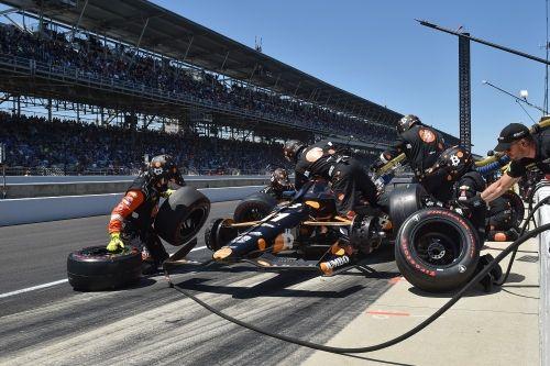 Rinus VeeKay tijdens een pitstop in Indianapolis