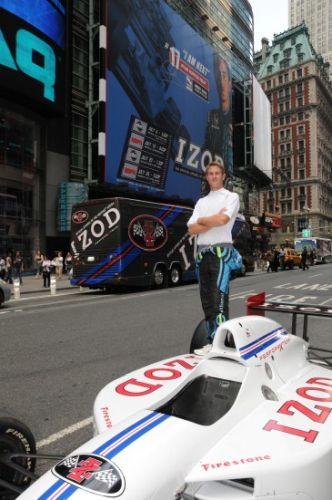 Ryan Hunter-Reay voor zijn bord op Times Square