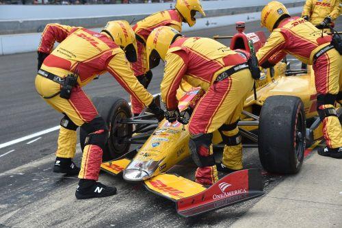 Ryan Hunter-Reay heeft een beschadigde voorvleugel na het pitincident in de Indianapolis 500