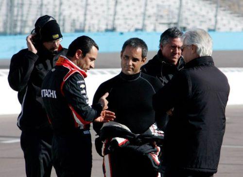 Juan Pablo Montoya in gesprek met Helio Castroneves in Phoenix