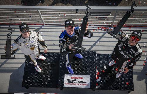 Josef Newgarden, Simon Pagenaud en Graham Rahal op het podium van het Barber Motorsports Park