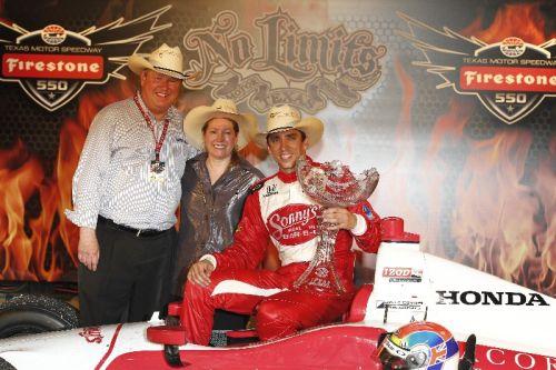 Justin Wilson, Dale en Gail Coyne vieren de overwinning