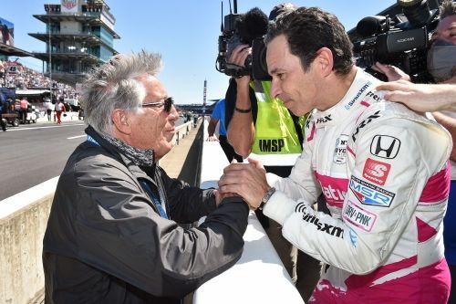 Mario  Andretti feliciteert Helio Castroneves met zijn vierde Indianapolis 500 zege