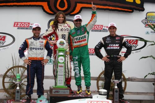 E.J. Viso, Tony Kanaan em Helio Castroneves op het podium van de Iowa Speedway