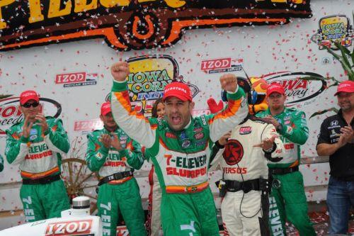 Tony Kanaan viert zijn overwinning op de Iowa Speedway