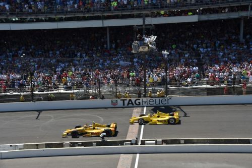 Ryan Hunter-Reay wint net voor Helio Castroneves de Indianapolis 500