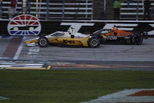 Josef Newgarden en Patricio O'Ward op Texas Motor Speedway