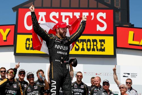 James Hinchcliffe viert zijn overwinning op Iowa Speedway