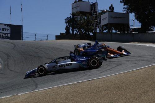 Takuma Sato spint, terwijl Scott Dixon hem probeert te passeren, Laguna Seca
