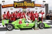 Dario Franchitti vier de overwinning op de Iowa Speedway met zijn team