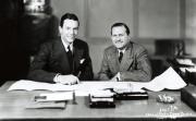 Tony Hulman en Wilbur Shaw ondertekenen het aankoopcontract van de Indianapolis Motor Speedway