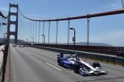Marco Andretti rijdt met de wagen van Justin Wilson over de Golden Gate Bridge