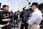 Jimmie Johnson in gesprek met Will Power en Josef Newgarden