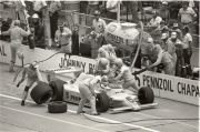 Johnny  Rutherford maakt een pitstop rijdens de 1982 Indianapolis