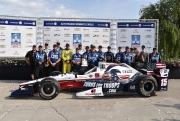 Graham Rahal viert met zijn team de overwinning in Detroit