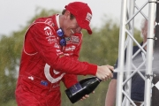 Scott Dixon viert de zege in Detroit