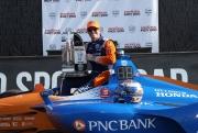 Scott Dixon poseert met zijn gewonnen trofee op Mid-Ohio