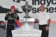 Simon Pagenaud viert het IndyCar kampioenschap met chief engineer Dale Harrigle