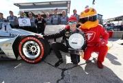 Josef Newgarden viert zijn Verizon P1 Award met de Firehawk