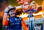 Scott Dixon poseert met zijn gewonnen trofee op Texas Motor Speedway