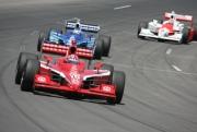 Dan Wheldon voor teamgenoot Scott Dixon en Ryan Briscoe op de Iowa Speedway