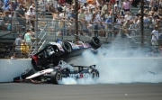 Mike Conway schiet over Will Power heen op Indianapolis