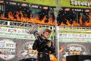 Patricio O'Ward met zijn trofee na het winnen van de XPEL 375 op Texas Motor Speedway