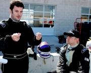 Alex Figge legt Ryan Dalziel uit over het rijgedrag van zijn wagen