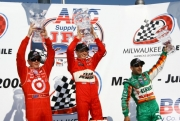 Scott Dixon, Ryan Briscoe en Tony Kanaan op het podium van Milwaukee