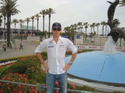 Junior Strous voor de fontijn van Long Beach