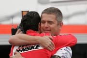 Helio Castroneves wordt verwelkomd door voormalig teamgenoot Gill de Ferran in Long Beach