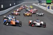 Scott Dixon passeert Marco Andretti bij de start van de Indianapolis 500